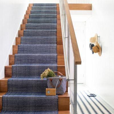 Лестница с ковровой дорожкой