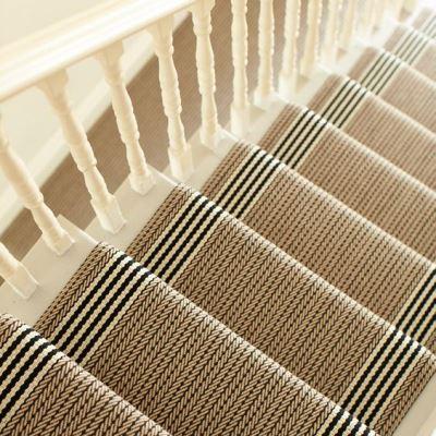 Украшение лестницы ковровым покрытием
