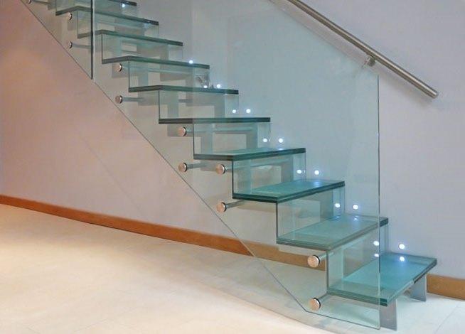 Стеклянная лестница с автоматической подсветкой