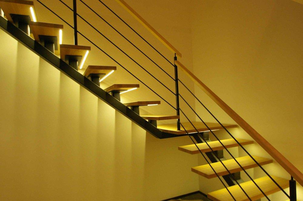 Автоматическая подсветка лестницы из металла